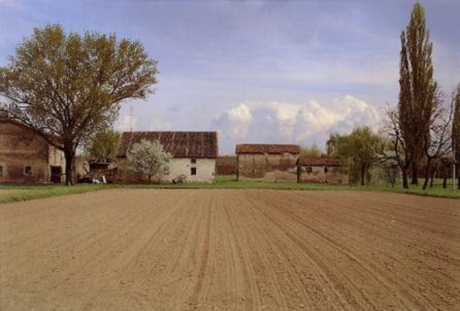 Luigi Ghirri Paesaggi d\'aria Cadecoppi – Dalla strada per Finale Emilia, 1989 – 1990 40,5x51. Fondo Ghirri, Fondazione Querini Stampalia